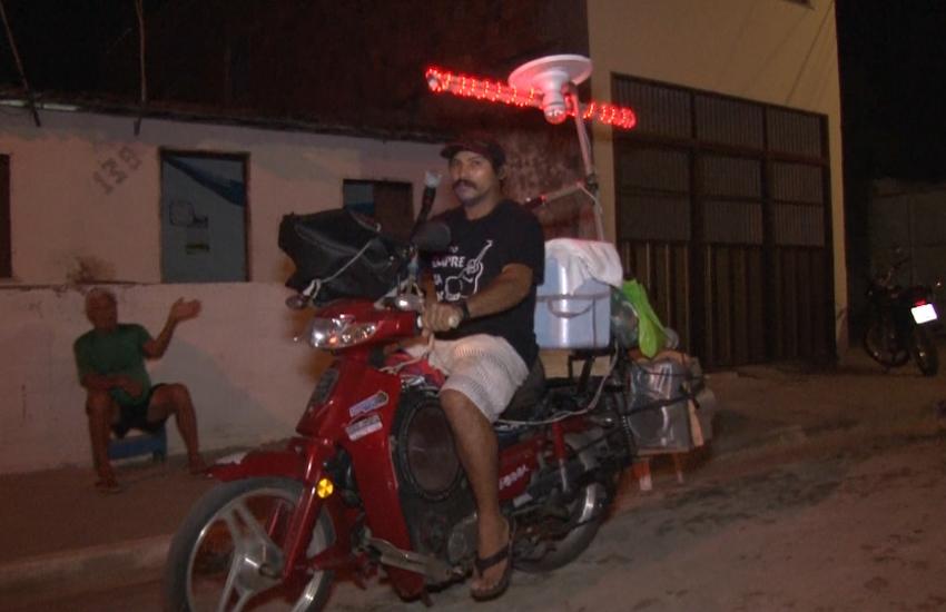 Cearense enfeita moto com luz de LED, caixa de som e microfone para vender dindim