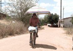 Raimundinho passa horas e hora andando no sol quente para ganhar a vida(FOTO: Reprodução TV Jangadeiro)