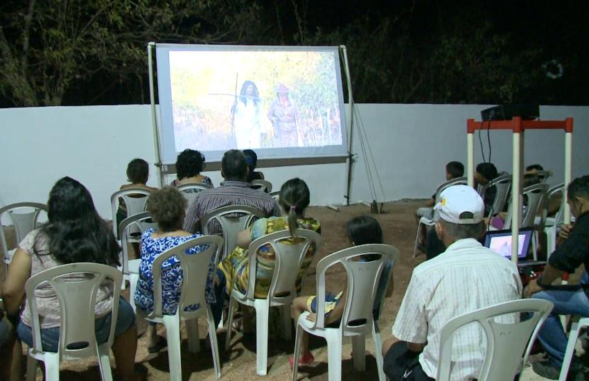 Cemitério recebe exibição de filmes no Ceará
