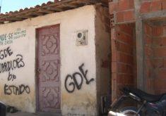 Pichações com as siglas da facção criminosa em São Benedito(FOTO: Reprodução TV Jangadeiro)