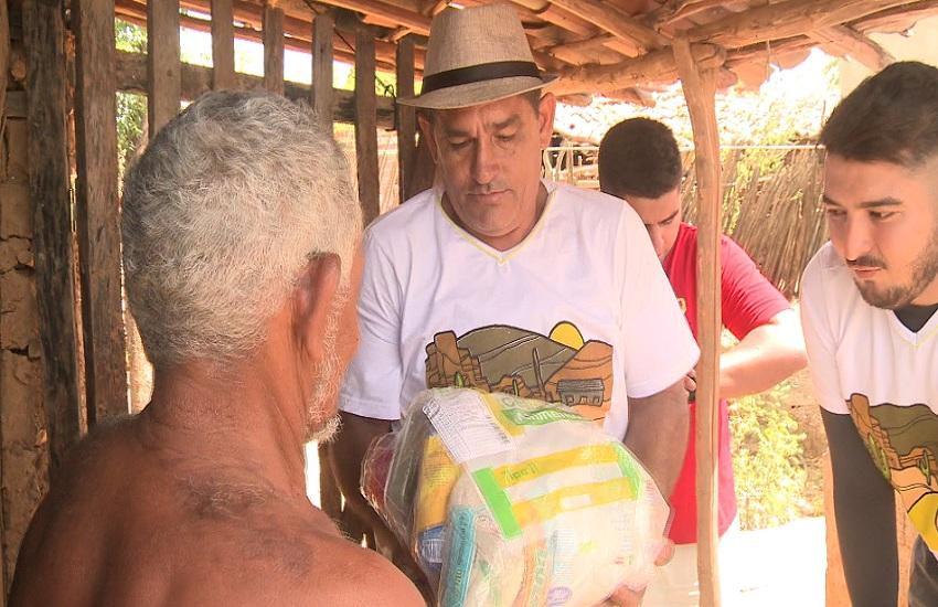 Voluntários levam água e comida para pessoas que sofrem com a seca no Sertão do Ceará