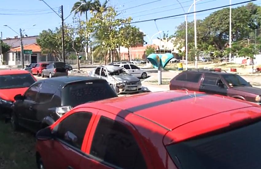 Carros abandonados ao lado de delegacia incomodam moradores na Cidade dos Funcionários