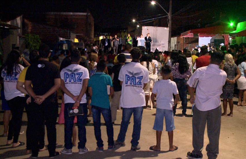 Familiares de vítimas participam de cerimônia religiosa onde ocorreu a maior chacina do Ceará