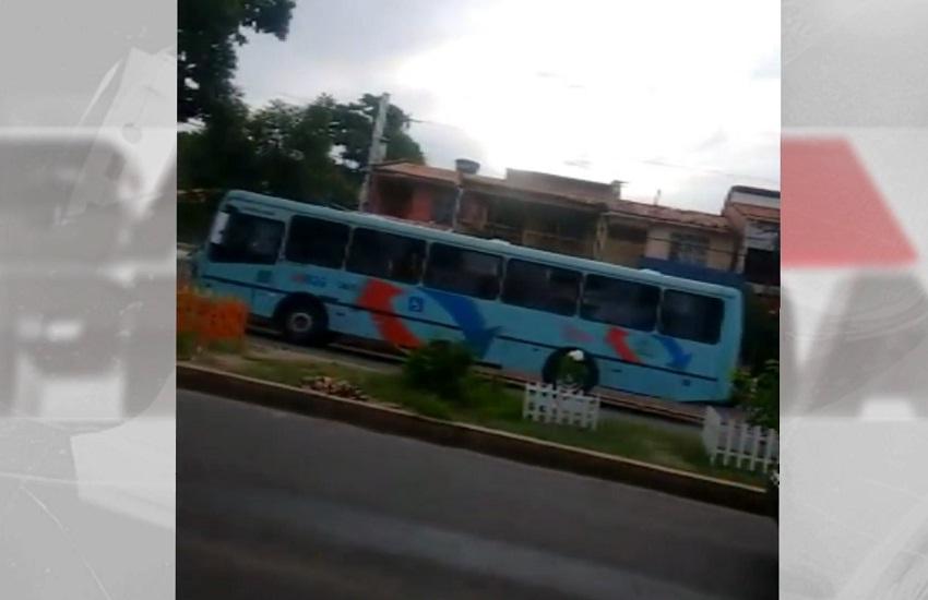 Vídeo gravado por bandidos mostra momento em que ônibus é incendiado