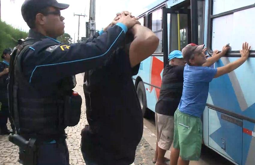 Blitze passa a revistar carros e ônibus na busca de armas após Chacina do Benfica