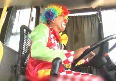 Motorista se veste de palhaço e faz a alegria da criançada (FOTO: Reprodução TV Jangadeiro)