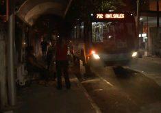 Escuridão nas paradas de ônibus causa medo ao passageiros(FOTO: Reprodução TV Jangadeiro)