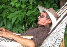 José Ferreira espera cliente deitado em uma Rede(FOTO: Reprodução TV Jangadeiro)