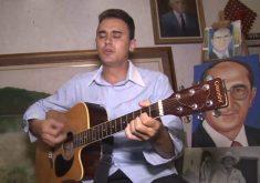 Edisley Feitosa é artesão, escultor, cantor e compositor (FOTO: Reprodução TV Jangadeiro)
