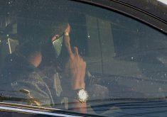 Pessoa no celular dentro do carro