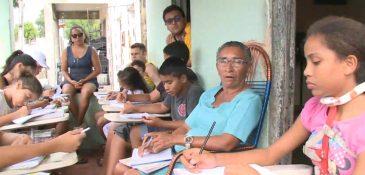 Professora voluntária dá aula na calçada de casa(FOTO: Reprodução TV Jangadeiro)