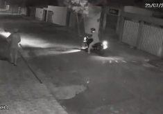 Homem é roubado por dois homem em uma moto(FOTO: Reprodução TV Jangadeiro)
