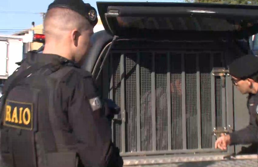 """Bandidos assaltam ônibus e tentam esfaquear motorista: """"um subiu no motor e quis me furar"""""""
