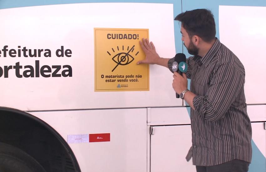 """Ônibus de Fortaleza passam a circular com adesivos indicando """"ponto cego"""""""