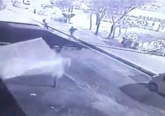 Motoqueiro rouba celular em praça de Fortaleza (FOTO: Reprodução TV Jangadeiro)