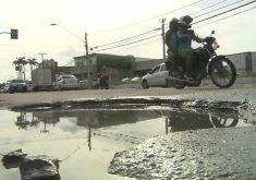 Buracos em Fortaleza causa revolta a motoristas (FOTO: Reprodução Nordestv)