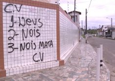 Muros pichados com ameaças de facções criminosas(FOTO: Reprodução TV Jangadeiro)
