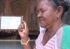 Maria do Socorrovive nas portas de igrejas à espera de um trocado(FOTO: Reprodução TV Jangadeiro)