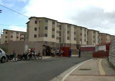 Justiça Federal determinou a reintegração de posse de imóveis das 52 famílias expulsas por uma facção (FOTO: Reprodução TV Jangadeiro)
