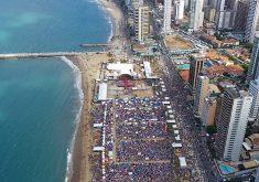 """Aterro da Praia de Iracema virou um """"mar"""" de gente (FOTO: Reprodução/TV Jangadeiro)"""