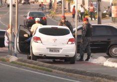 Bandidos trocam tiros com a polícia, batem carro e acabam presos (FOTO: Reprodução TV Jangadeiro)
