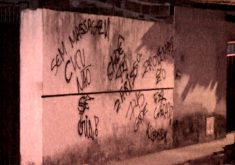 Grupo armado deixaram recado no muro da casa (FOTO: Reprodução TV Jangadeiro)