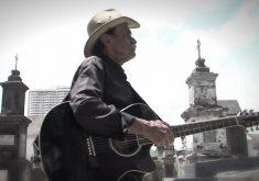 Bosco faz apresentações em cemitérios públicos e particulares (FOTO: Reprodução/TV Jangadeiro)