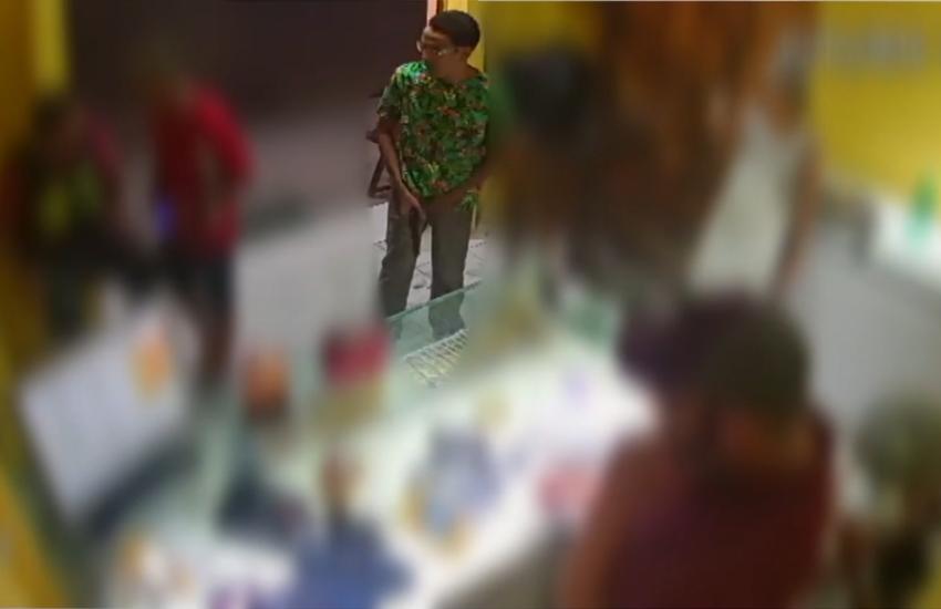Após cortar tornozeleira, homem assalta pizzaria com arma de brinquedo no Lago Jacarey