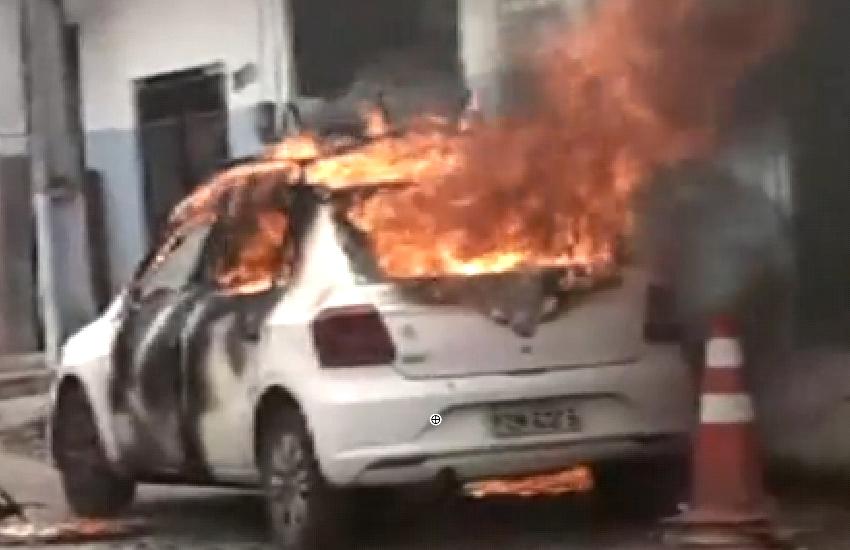 Carro de empresa telefônica é incendiado enquanto funcionários realizavam serviço em poste