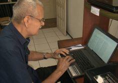 Aos 83 anos Aldo Ferreira continua estudando (FOTO: Reprodução TV Jangadeiro)