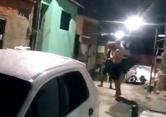 Homens quebram lâmpada de poste em durante a noite (FOTO: Reprodução TV Jangadeiro)