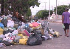 Moradores deixam lixo acumulado em canteiro central (FOTO: Reprodução TV Jangadeiro)