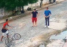 Assaltante da bicicleta ataca jovens no meio da rua (FOTO: Reprodução TV Jangadeiro)