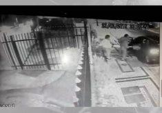 Idosa é abordada por dupla de bandidos que age com agressividade (FOTO: Reprodução TV Jangadeiro)