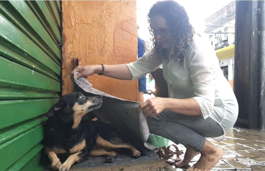 Cena da mulher que cobriu cachorro na chuva em Fortaleza valeu o dia