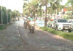 Motociclista trafega na calçada para fugir de alagamento (FOTO: Reprodução TV Jangadeiro)