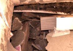 Parte do piso da casa em mora três idosos desabou (FOTO: Reprodução TV Jangadeiro)