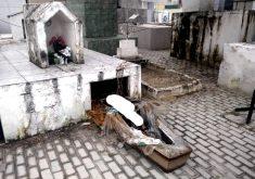 Dupla viola túmulos de cemitério e ossadas ficam expostas (FOTO: Reprodução TV Jangadeiro)