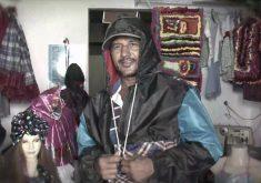Costureira cearense faz artesanato com tecido de guarda chuva (FOTO: Reprodução TV Jangadeiro)