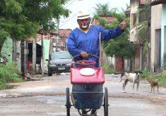 Palhaço faz sucesso vendendo picolé pelas ruas da cidade (FOTO: Reprodução TV Jangadeiro)