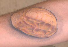 Padeiro faz tatuagem de um pão no braço (FOTO: Reprodução TV Jangadeiro)