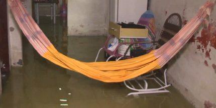 Alguns moradores tiveram a casa inteira atingida pelas águas. (Foto: Reprodução/TV Jangadeiro)