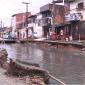 A chuva fez as calçadas das casas cederem gerando riscos aos moradores da região (FOTO: Reprodução/ TV Jangadeiro)