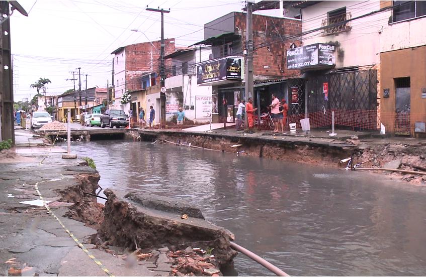Canal do bairro Itaoca transborda após chuvas e arrasta parte das calçadas