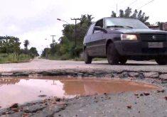 Alguns buracos levam perigo ao motorista (FOTO: Reprodução/TV Jangadeiro)