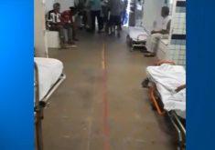 Pacientes ficam no corredor à espera de transferência. (Foto: Reprodução)