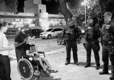Policiais abriram caminho para família passar. (Foto: Reprodução/TV Jangadeiro)