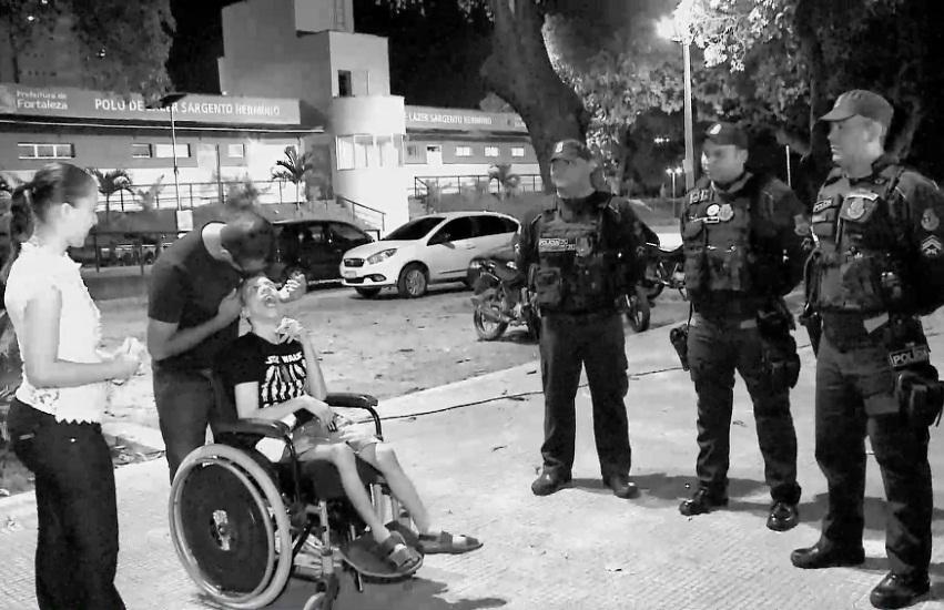 Policiais ajudam família a socorrer filho doente diante de caos no trânsito em Fortaleza