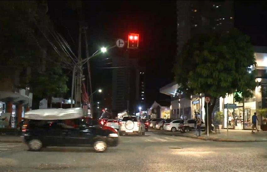 Avançar sinal vermelho é permitido em determinados horários. (Foto: Reprodução/TV Jangadeiro)