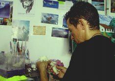 Surfista faz artesanato para ganhar a vida (FOTO: Reprodução Nordestv)
